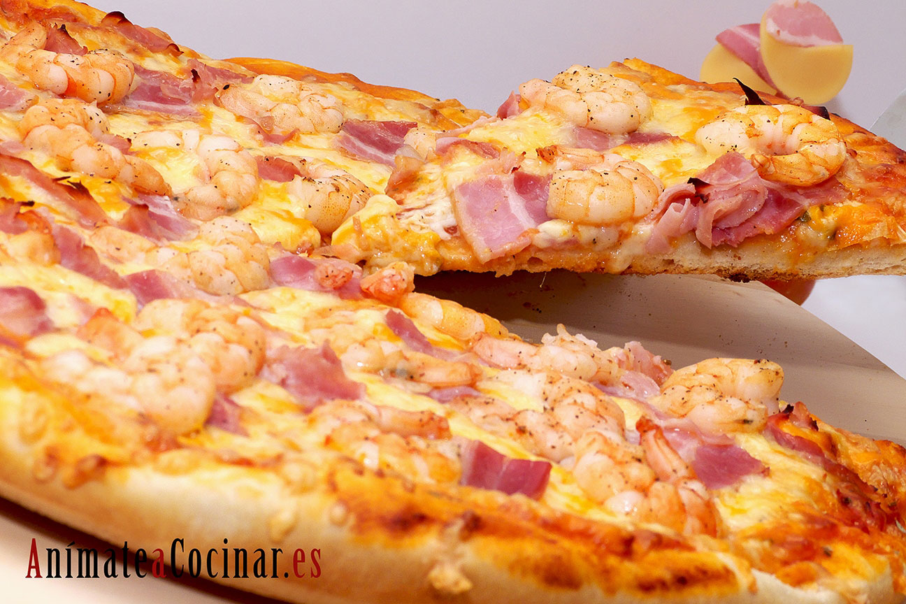 Pizza 4 quesos con Langostinos y Bacon