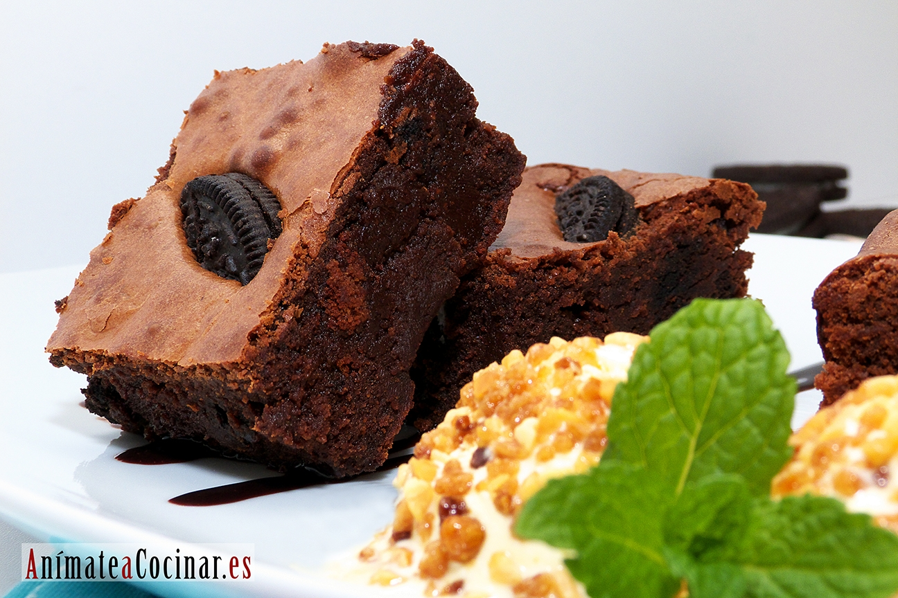 Brownie de chocolate con galletas Oreo y helado